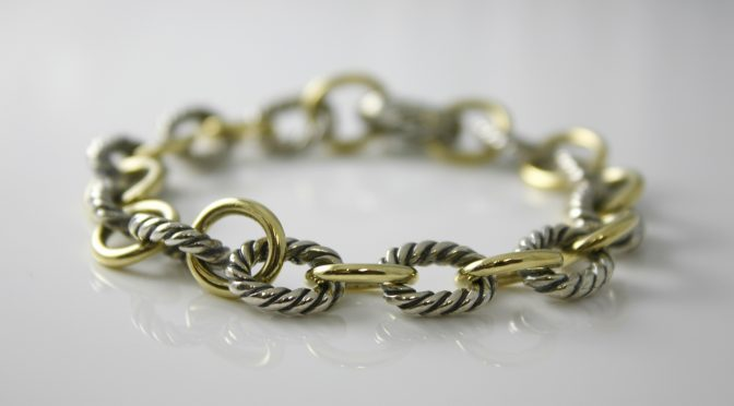 b278210694f Featured on this deal of the week is a beautiful David Yurman oval link  bracelet from their Chain Collection in 18k yellow gold and sterling silver.